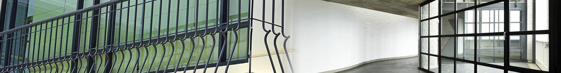 Chiusura balconi bugliani serramenti carpenteria massa for Balcone chiuso da vetrate